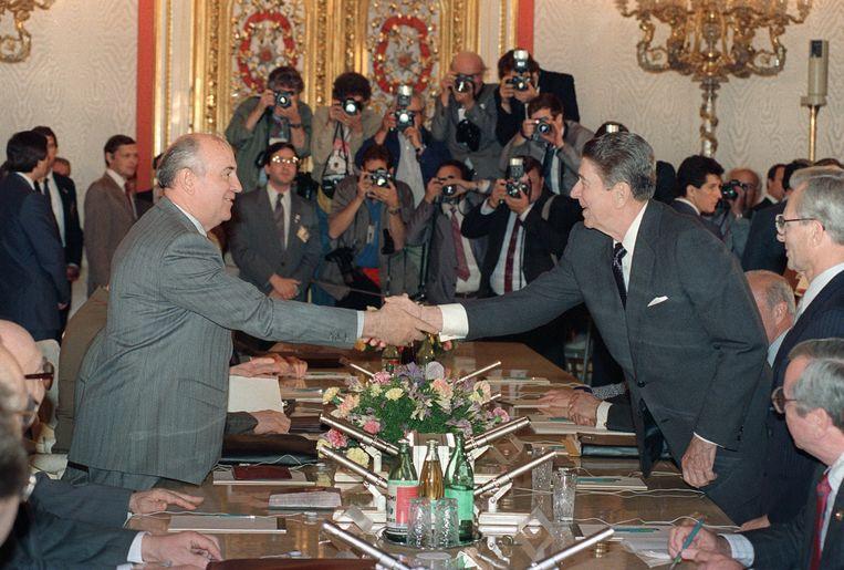 Sovjetleider Michail Gorbatsjov verwelkomt VS-president Ronald Reagan in het Kremlin, 1 juni 1988. Beeld AFP