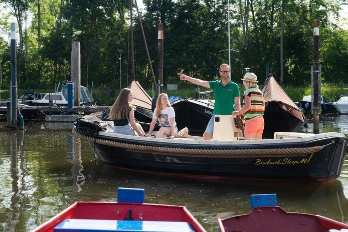 De familie Horvers vertrekt vanuit de haven in Hank. Vader Bas, moeder Suzan en dochters Sacha en Robbin.