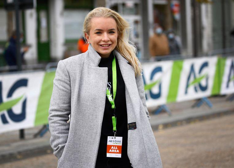 Tara Gins in haar rol van koersdirectrice bij de Driedaagse Brugge-De Panne.  Beeld Photo News