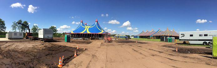 De opbouw van het terrein in Loosbroek is nog in volle gang.