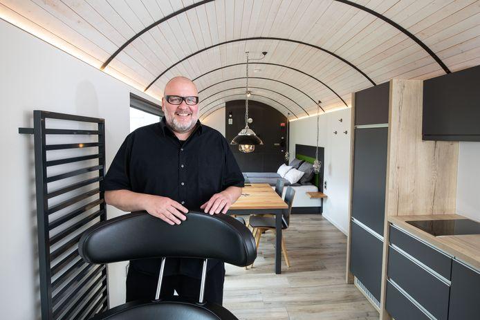 Thomas Willemsen in zijn Lokomotel, een tot luxe appartement verbouwde treinwagon.