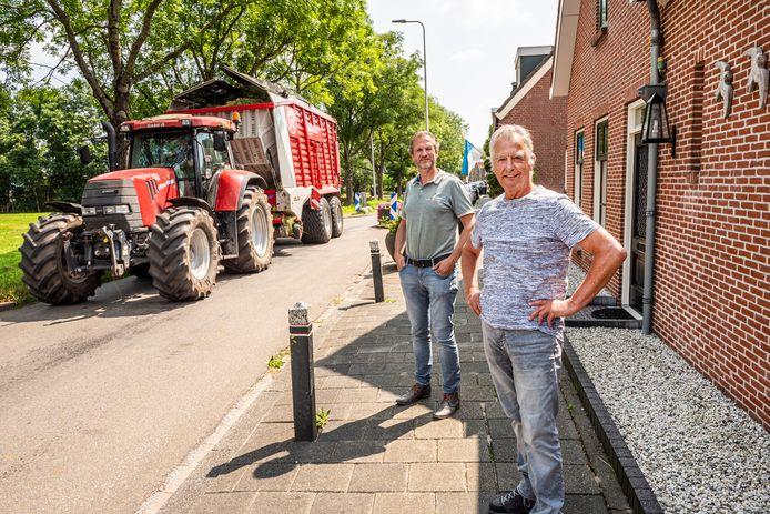 Lindenhovestraatbewoners Eef Zwanenburg en Bouw Lemkes (l.) zijn niet blij met de zware tractors die door hun straat rijden.