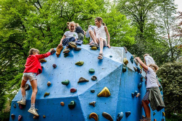 Kinderen leven zich uit op de klimmuur in het Astridpark