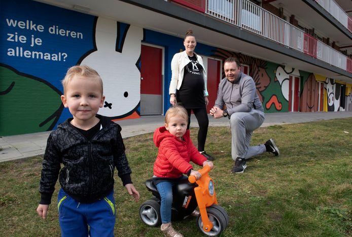 Glenn, Christina en hun kinderen voor de nieuwe muurschildering in Nieuwegein