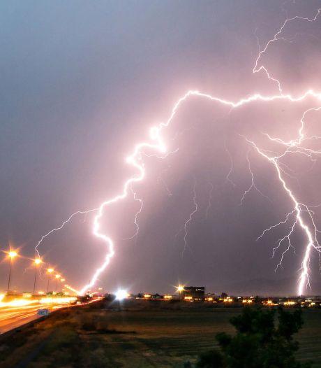 Auto vier keer geraakt door bliksem: lekke banden en geroosterde elektronica