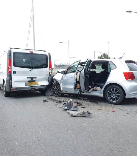Kind (1) gewond bij aanrijding op viaduct over de A12 bij Ede
