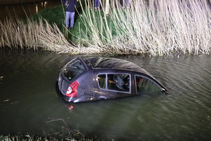 De auto rolde in het water.