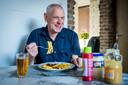 Limburger Lau Weber (71) geniet met volle tuigen van een frietje zuurvlees. Hij heeft ruim drie jaar niet kunnen eten.