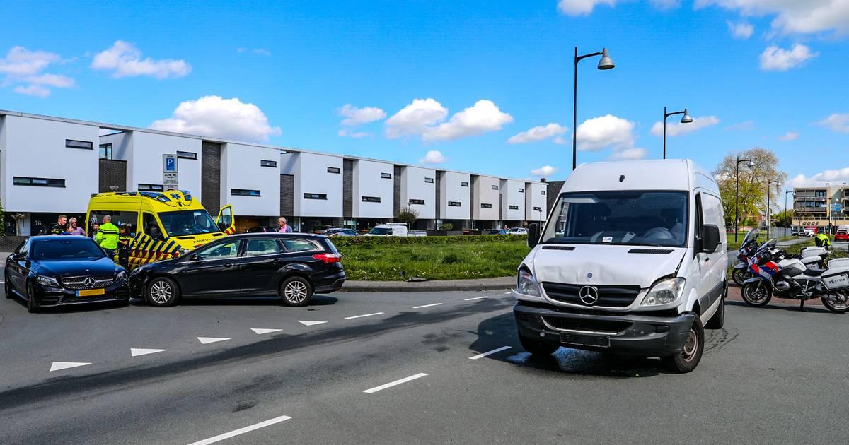 Drie voertuigen betrokken bij ongeval in Apeldoorn, uit bestelbus lekt grote hoeveelheid vloeistof.