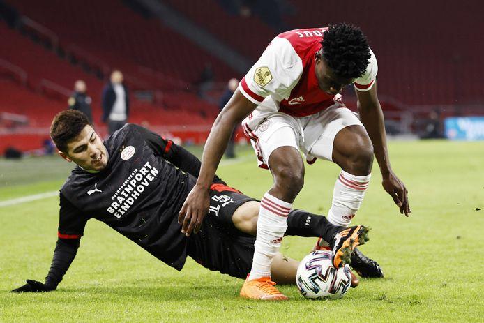 Erick Gutierrez probeert Mohammed Kudus van de bal te zetten in de topper tegen Ajax.
