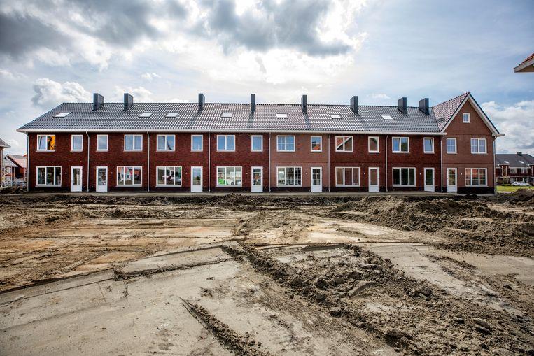 Het blok van 43 woningen dat VolkerWessels neerzet in de uitbreidingswijk Mortiere in Middelburg krijgt vorm. Elke dag komt er een huis bij.  Beeld Raymond Rutting / de Volkskrant