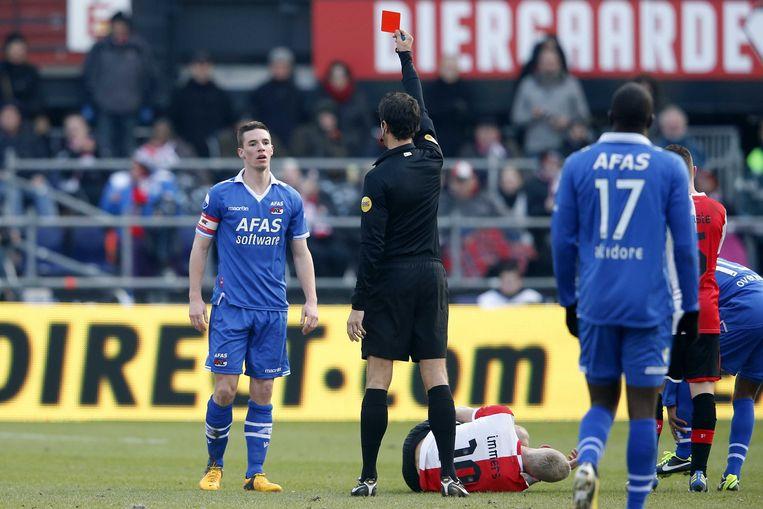AZ-speler Nick Viergever (L) krijgt de rode kaart van scheidsrechter Bas Nijhuis na een overtreding op Feyenoord-speler Lex Immers. Beeld ANP Pro Shots