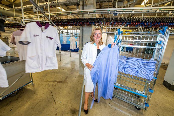 Monique Chaudron met de nieuwe groene isolatiejas van CleanLease.