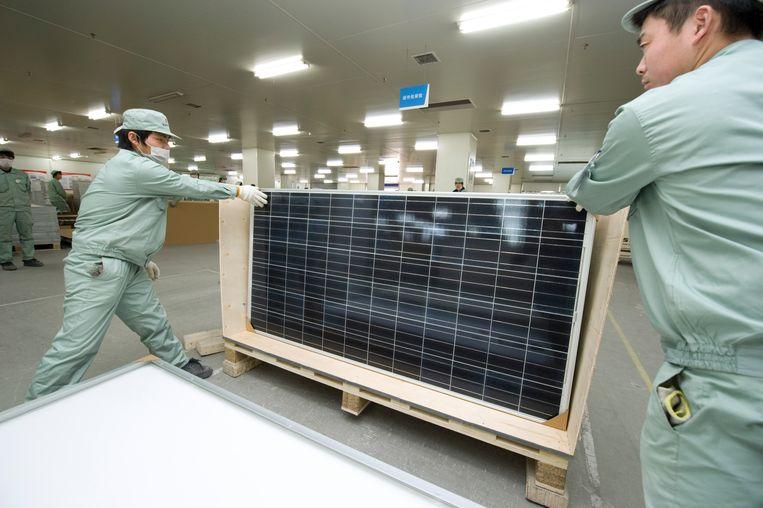 Februari 2011, in het Chinese Wuxi leggen werknemers de laatste hand aan een zonnepaneel.  Beeld  Lucas Schifres / Getty