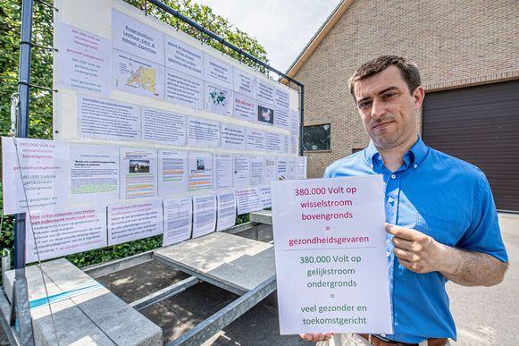 Filip Vanaeken bij zijn zelfgemaakte aanhangwagen waarmee hij zowat alle infomarkten rond het omstreden hoogspanningsproject Ventilus bezocht.