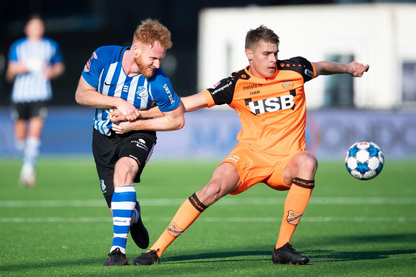 Micky van de Ven van Volendam in duel met Jort van der Sande.