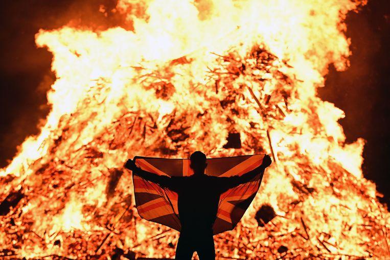 In heel Noord-Ierland worden op 11 juli (de vooravond van de Oranjemarsen) gigantische brandstapels in de fik gezet door leden van de protestantse gemeenschap, die zich over het algemeen verbonden voelen met het Verenigd Koninkrijk, zoals hier in Portadown.  Beeld Getty Images