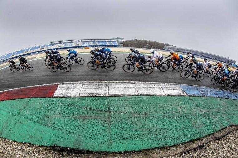Op het TT Circuit van Assen werd de eerste etappe van de Healthy Aging Tour voor elite-vrouwen verreden. Vanwege de coronamaatregelen wordt de wielerwedstrijd in aangepaste vorm en zonder publiek gehouden.  Beeld ANP