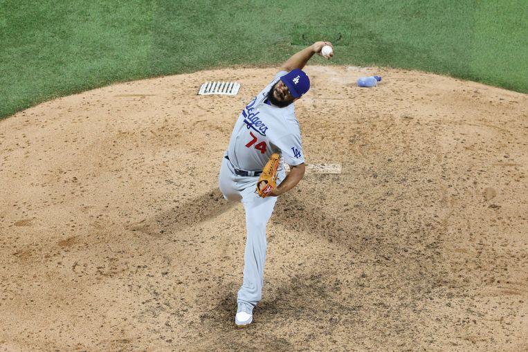 Kenley Jansen werpt voor Los Angeles Dodgers in de derde wedstrijd van de World Series tegen Tampa Bay Rays. Beeld AFP