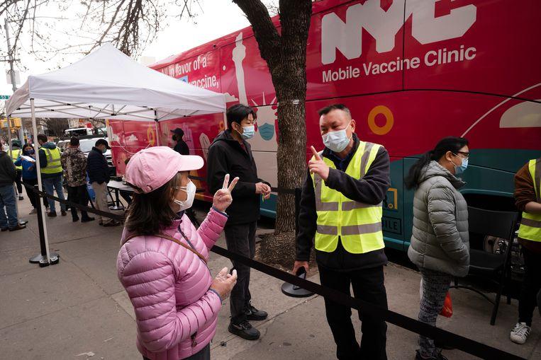 Een vrouw wacht op vaccinatie met het Johnson-vaccin in New York.  Beeld AP