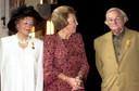 Uit handen van koningin Beatrix ontving Jan Naaijkens de Zilveren Anjer.