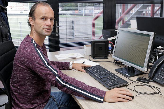 Niels Fleuren op zijn tweede werkplek in het stadion van TOPOss.