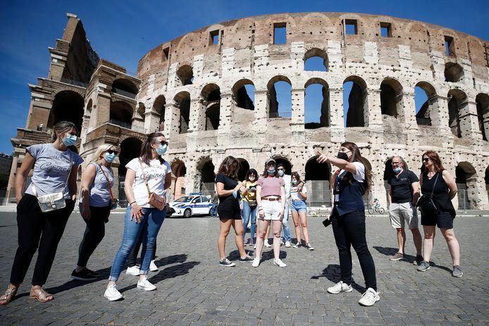 Toeristen bij het Coloseum in Rome. Die reis naar Rome, of andere buitenlandse bestemmingen, zal dit schooljaar wellicht enkel kunnen voor leerlingen die gevaccineerd zijn.