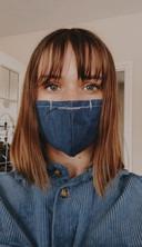 """Linde Roza uit Zevenbergen: """"Ik ben begonnen in maart met het maken van mondkapjes. Dit heb ik gedaan omdat ik wist dat mondkapjes waarschijnlijk verplicht zouden worden. Ik zelf hou veel van mode en doe een theateropleiding. Ik ben begonnen om ze voor mijn eigen familie te maken en ben nu gestart met de verkoop hiervan. Mijn mondkapjes zijn gemaakt van denim, al verkoop ik ook mondkapjes in andere katoenen stoffen."""""""