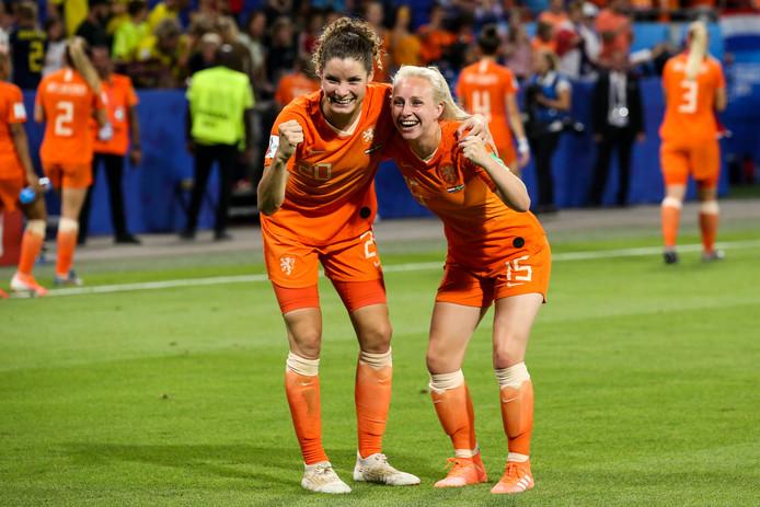 Dominique Bloodworth (links) met reservespeelster Inessa Kaagman.