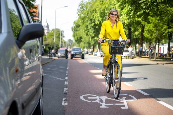 Koningin Máxima vertrekt op de fiets na haar bezoek aan het Kunstmuseum Den Haag, dat is heropend na een sluiting van elf weken vanwege de coronapandemie.