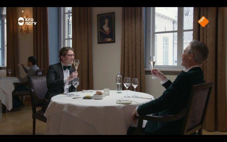 Melvin en Menno heffen het glas in Tafel voor twee. Beeld KRONCRV