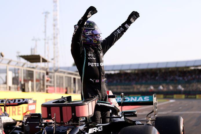 Lewis Hamilton triomfeert na het veroveren van de pole.