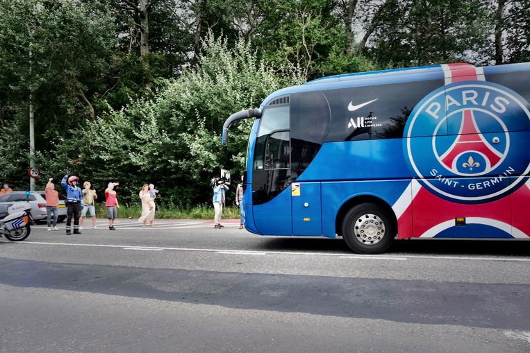 De bus komt aan in Oostkamp. Beeld Tim Dirven