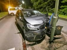 Auto total loss bij ongeluk, bestuurder gewond