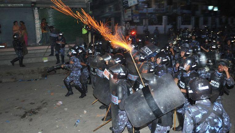 De Nepalese politie treedt op tegen demonstranten buiten het gebouw van de Nepalese constitutionele raad Beeld afp