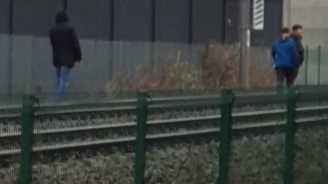 Bewoner filmt drie spoorlopers die alle tijd nemen om sporen over te steken