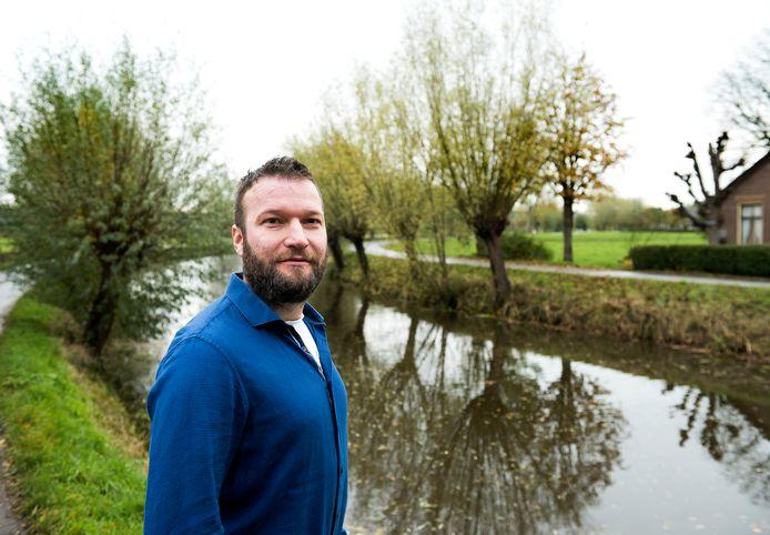 Raadslid Gijs Hoogenboom: De beschoeiing van de Lange Linschoten moet vervangen worden.