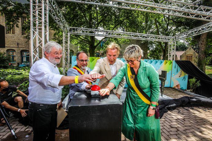 Kunstenaar Georges Schelstraete, burgemeester Peter Roose, Will Tura en schepen van Toerisme Celine Mouton duwen samen op de knop.