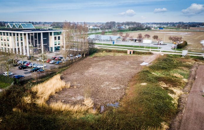 het P&R-terrein in Heinenoord ligt er verwilderd bij.
