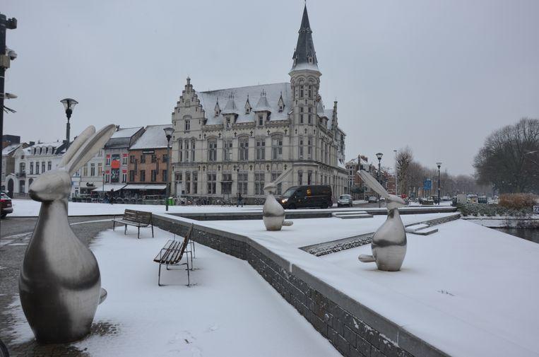 De timing van de stad om het postgebouw op de Markt stuit op kritiek bij oppositiepartijen N-VA en Groen.