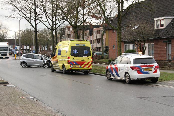 Op de Zeven Bosjes in de Almelose wijk Windmolenbroek is vrijdag aan het begin van de middag een auto van de weg geraakt en op een boom gebotst. De twee inzittenden raakten gewond en zijn naar het ziekenhuis overgebracht.