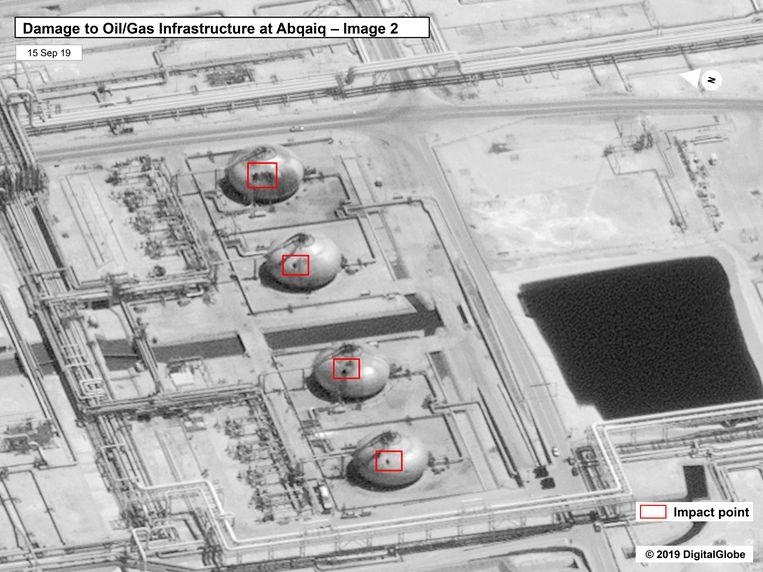 De schade aan de infrastructuur in de olieraffinaderij. Beeld AP