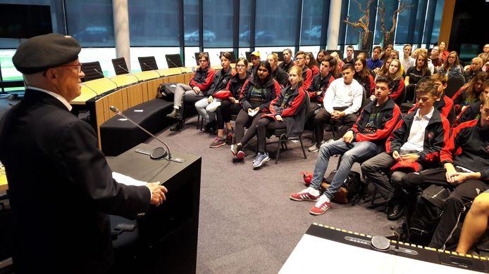 Dr Paul Kavanagh spreekt de Canadese en Nederlandse jongeren toe in de raadzaal van Oss.