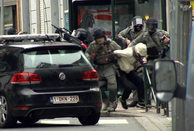 Salah Abdeslam wordt weggeleid na zijn arrestatie vrijdag in de Vierwindenstraat in Molenbeek. Beeld ap