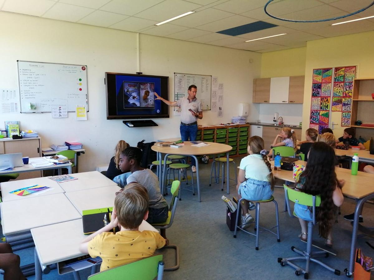 Schrijver Gerard van Gemert was één van de schrijvers die voor de klas stond