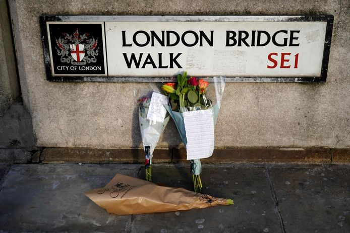 Mensen hebben bloemen bij London Bridge neergelegd