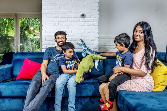 Reshmi Pillai en Kiran Muraleedharan en hun 2 zonen Hartith (7) en Adwaith (3).