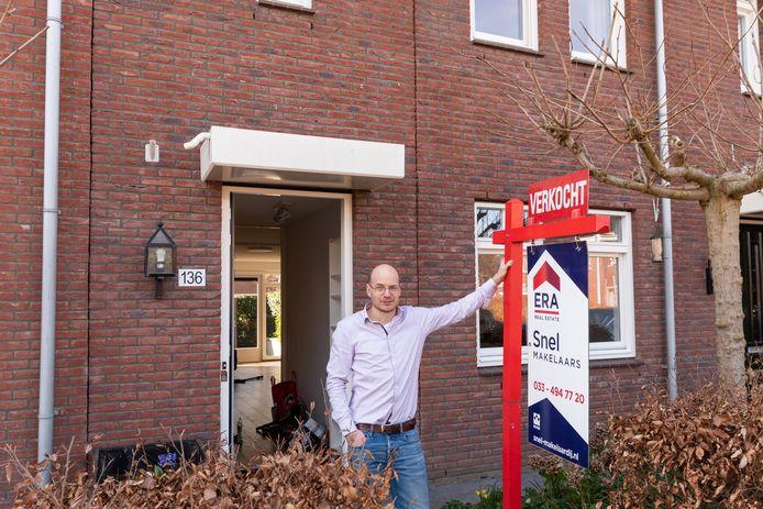 Dirk Kruit voor zijn onlangs verkochte woning in de Tabaksteeg, Leusden. ,,We kregen een jackpotgevoel.''