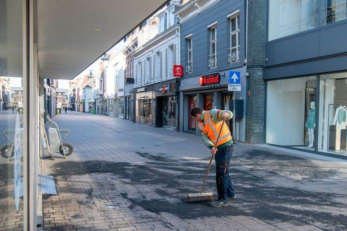 Onze binnensteden liggen er tijdelijk verlaten bij, zoals hier de Heuvelstraat in Tilburg.