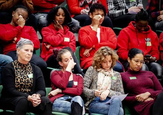 Getroffen ouders op de publieke tribune tijdens het debat